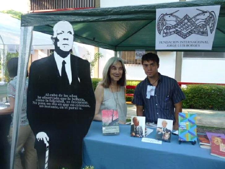 En el puesto de la Fundación Internacional Jorge Luis Borges en la Feria de Libros de Buenos Aires