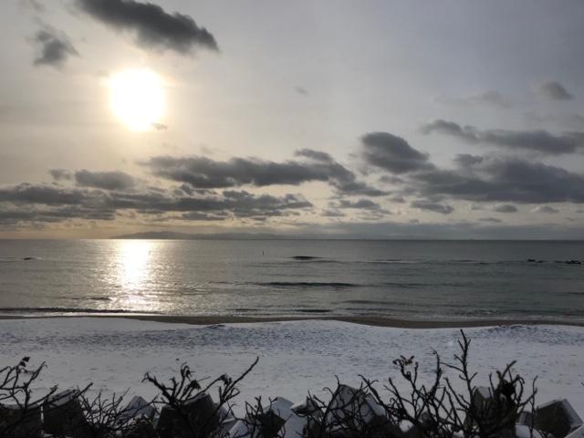 石川啄木一族の墓から見える大森浜